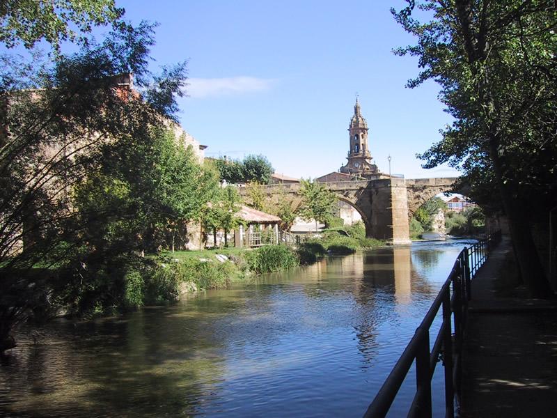 Imagen de cuzcurrita, con rio e iglesia